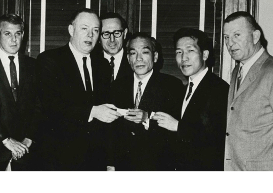 創業者 西村 久雄(写真中央)